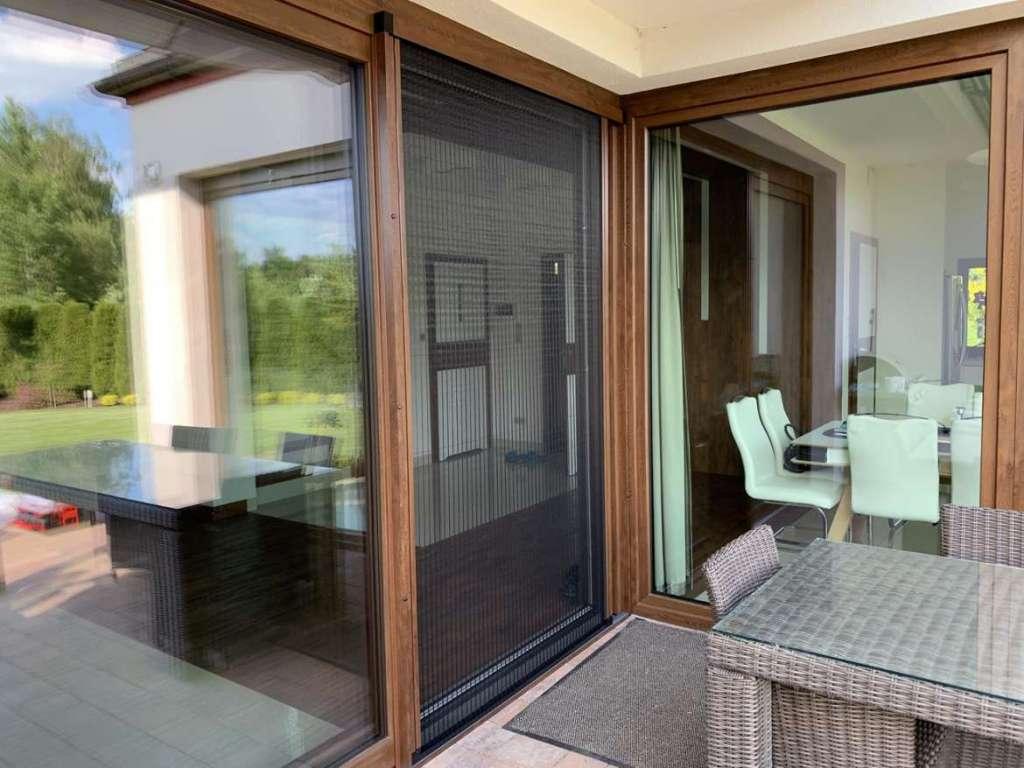 Moskitiery okienne i drzwiowe - skuteczny sposób na owady