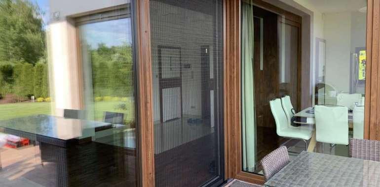 Skuteczny sposób na owady? Poznaj zalety moskitier okiennych i drzwiowych