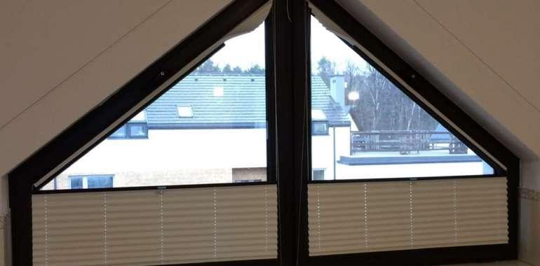Czy plisy okienne sprawdzą się w łazience? Przykłady rozwiązań, które pomogą zadbać o intymność