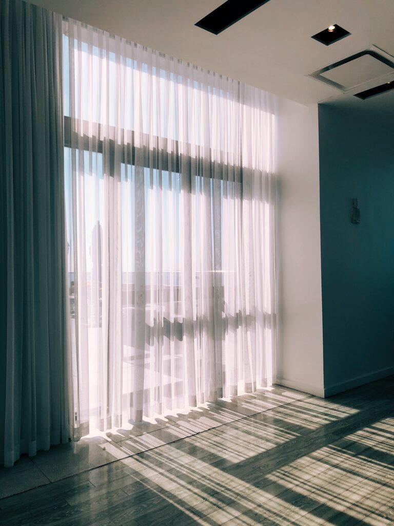 Kilka pomysłów na firanki wpuszczające światło do ciemnego wnętrza